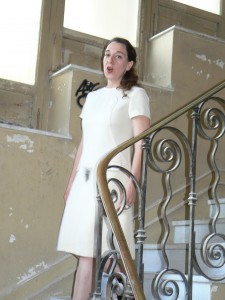 Performance : hommage, nu descendant un escalier, duo