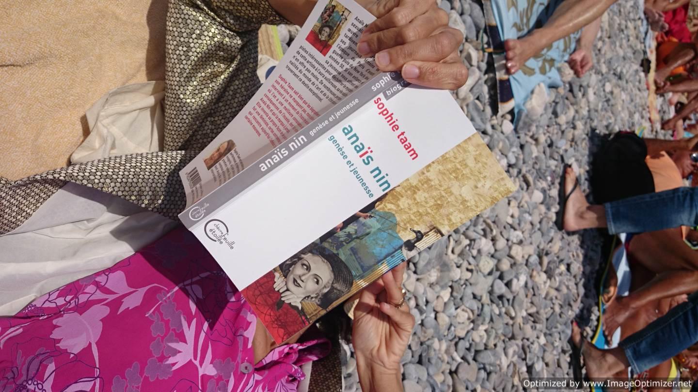 Lire ma bio d'Anaïs Nin à la plage